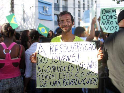 """Participante segura cartaz que fala de """"ressureição dos jovens"""" (foto: Larissa Paixão)"""