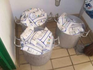 Leite estocado fora da geladeira no CAIC (zona sul). Imagem do conselho de alimentação escolar, feita em 17/04/2009.
