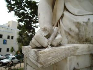 Ao invés do rebolado repetitivo, porque não a recuperação da estátua?