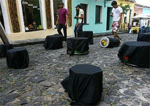 De A Tarde: tambores do Olodum cobrem-se de luto por Neguinho do Samba.