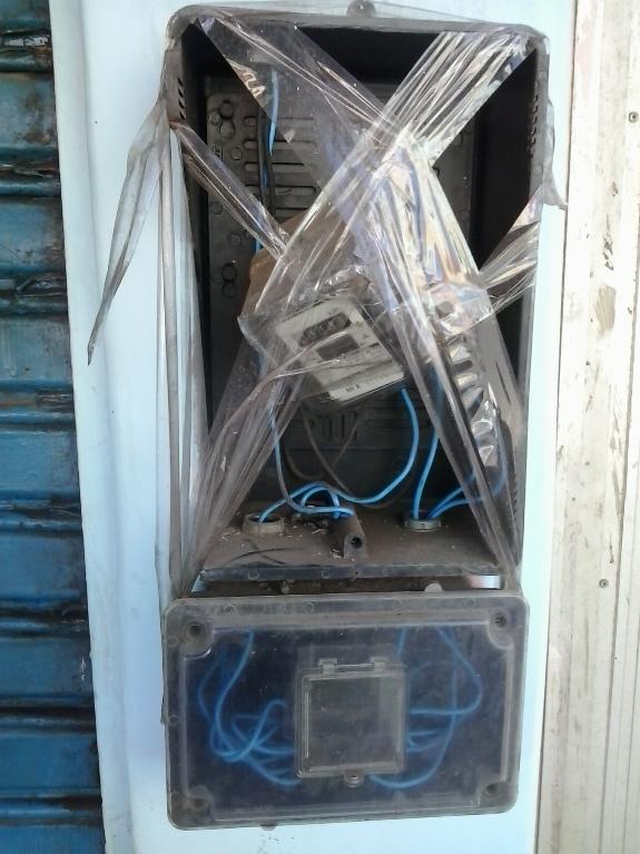 """Um leitor enviou essa imagem registrada na segunda-feira, na Rua Visconde de Mauá - centro de Ilhéus. Segundo ele, o estado precário do medidor de energia ameaça a segurança de quem passa pelo local. """"Onde está a Coelba?"""", perguntou o internauta."""