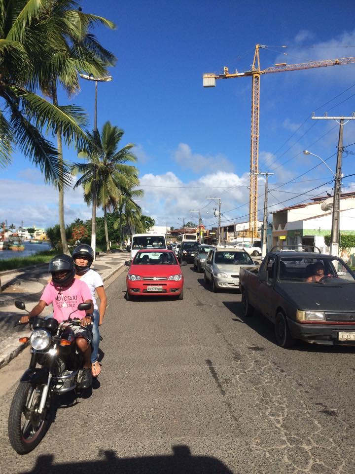 Engarrafamento na Avenida Lomanto Júnior, no bairro Pontal, em Ilhéus. Fila de veículos é imensa no sentido zona sul-Centro. Imagens: Emílio Gusmão.