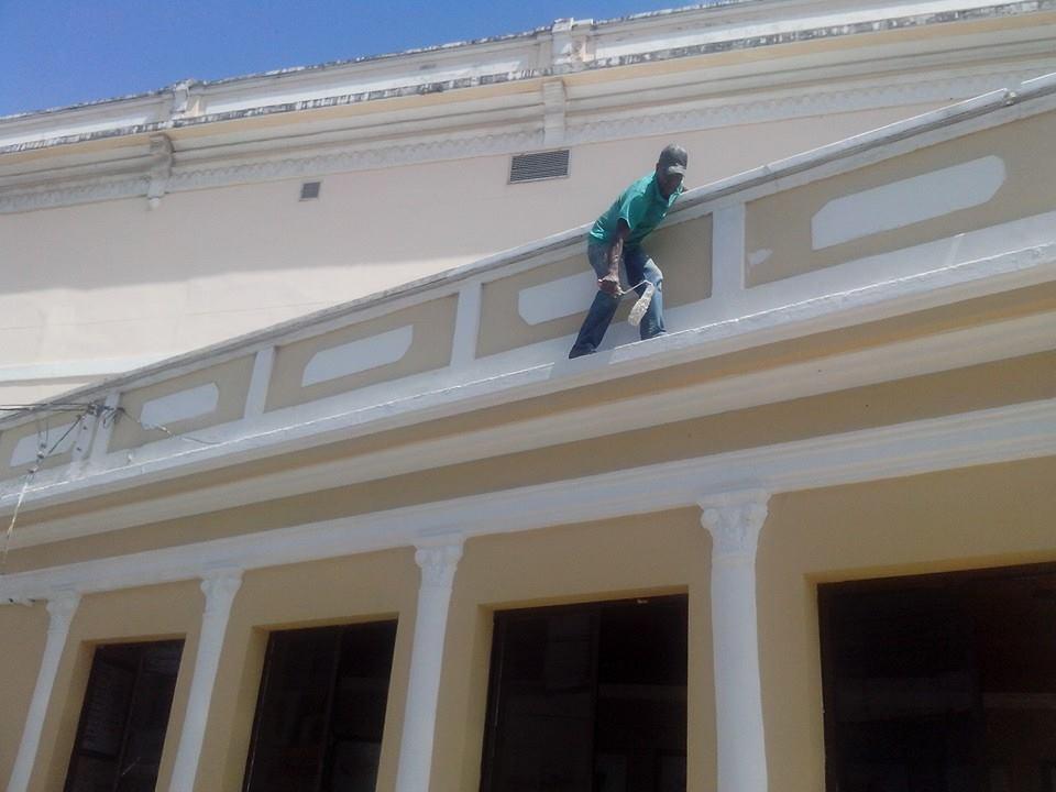 Trabalhador se arrisca no Teatro Municipal de Ilhéus.
