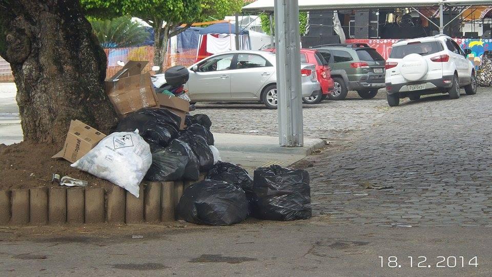 """Leitor crítica falta de """"sensibilidade"""" de quem jogou lixo na Praça do Pontal."""