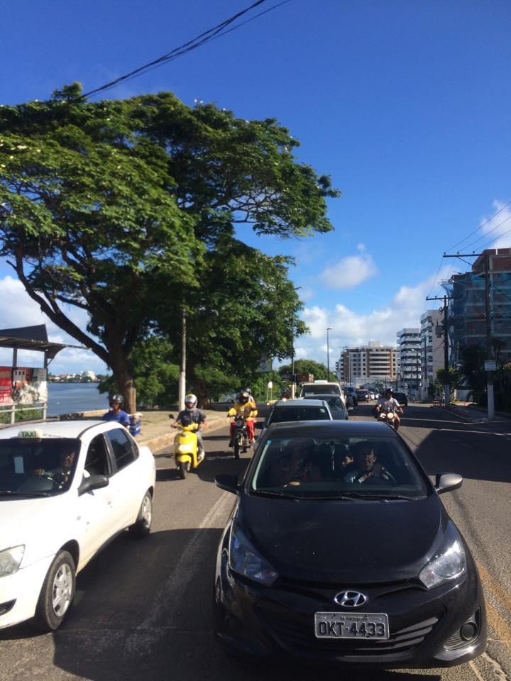 A fila de veículos se estende por toda a Avenida Lomanto Júnior. Não há registro de acidente nos arredores da ponte. O congestionamento é causado pelo aumento do fluxo de carros, algo comum nessa época do ano.