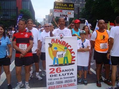 Em 2013 Luiz levou um cartaz do sindicato para a linha de largada.