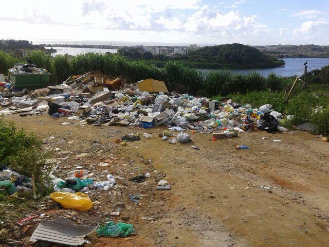 O lixo contrasta com a vista privilegia da Rua Pedro Calmon, no bairro da Conquista, em Ilhéus.