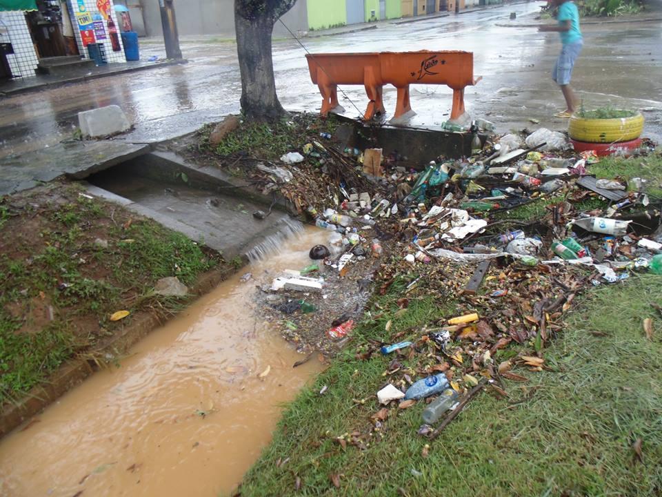 As chuvas da última semana causaram transtornos em vários bairros de Ilhéus. O Hernani Sá também sofreu. O lixo bloqueou passagem da água no canal do bairro, travando o sistema de escoamento. Imagens: Odailson Aranha/Facebook.