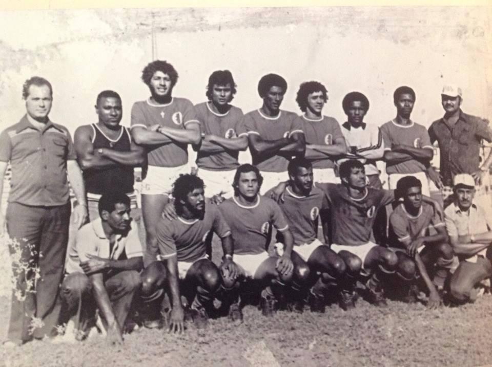 Elenco de 1975 do Esporte Clube Pontal: China é o quinto agachado (da esquerda para a direita).
