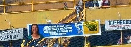 """Irmã Angela resolveu """"pegar uma ponga"""" na campanha vitoriosa do Colo-Colo. A faixa estava no alambrado da geral, no Estádio Mario Pessoa. """"Deus me abençoe"""". Imagem: Thiago Dias."""