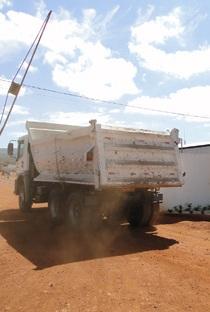 """Segundo morador do Banco Central, empresas envolvidas nas obras da FIOL """"detonam"""" a estrada, mas, não realizam nenhuma manutenção."""