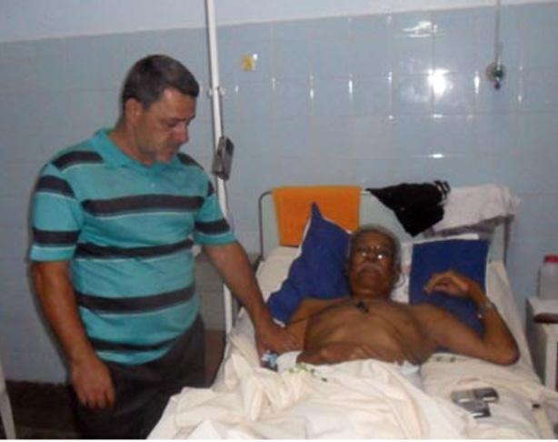 Edson Pereira acamado ao lado de Elias Reis, atual presidente do STERT-I.