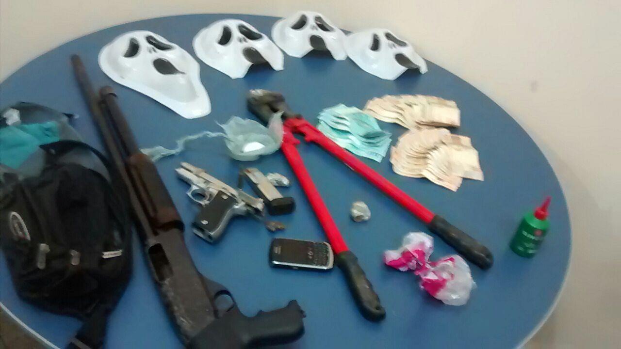 O grupo portava armas e outros objetos usados nos assaltos.