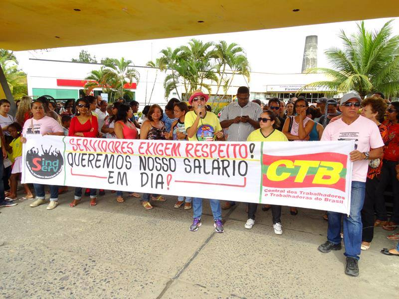 Servidores de Itabuna marcaram protesto contra atraso de salários.
