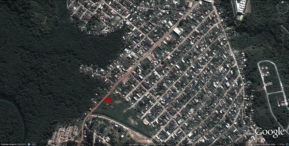 Ponto vermelho mostra localização do terreno. Imagem: Google Earth/Reprodução.