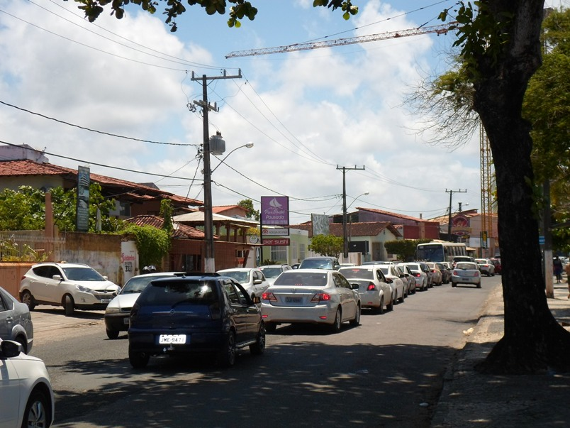A fila de carros se estende ao longo das Avenidas 13 de Maio e Lomanto Júnior, no bairro Pontal, em Ilhéus. O trânsito está muito lento no sentido zona sul-Centro. Imagens: Thiago Dias/Blog do Gusmão.