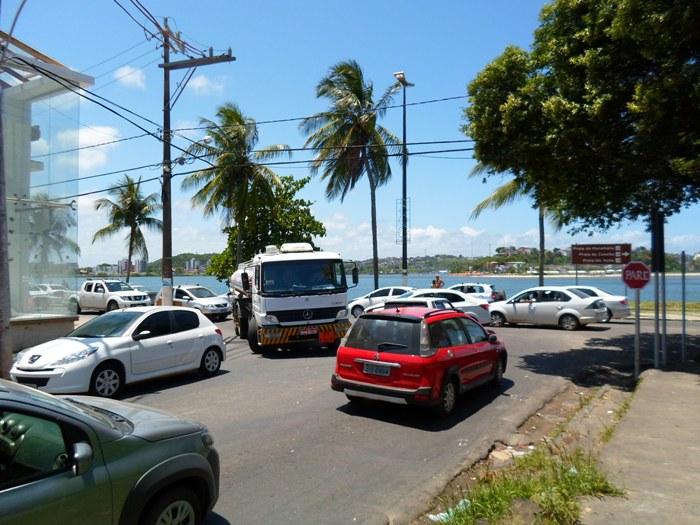 Na esquina da 13 de Maio com a Lomanto Júnior, os motoristas devem dobrar a atenção. O grande fluxo de veículos deixou o trânsito confuso nesse trecho.