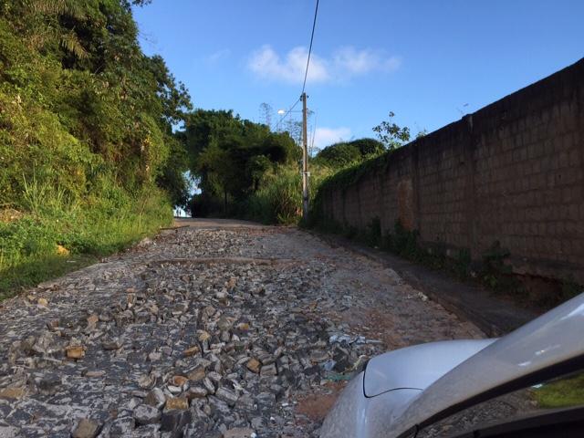 Essa é a ladeira que dá acesso ao Alto do Pacheco, em Ilhéus. A imagem foi registrada ontem (5) por uma leitora do Blog do Gusmão. Segundo ela, a via está destruída desde dezembro de 2014, quando choveu muito na cidade. A cidadã espera que a prefeitura faça logo sua parte para o trânsito voltar ao normal na área.