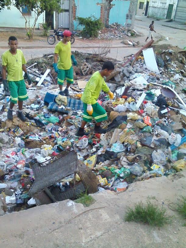 Funcionários da Solar Ambiental coletando lixo domiciliar em cima do entulho da Avenida Uruguaiana. Imagem: ASCOM-Solar.