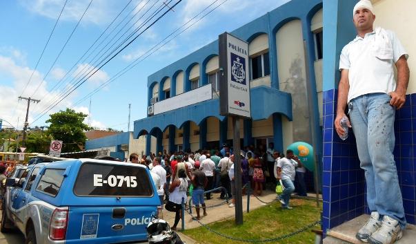 Motorista (à direita) acusou policial de agredi-lo com coronhadas. Motoristas e cobradores protestaram em frente à delegacia. Imagens: Thiago Dias/Blog do Gusmão.
