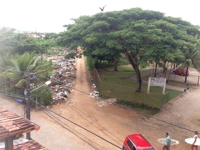 Lixão próximo ao CAIC Darcy Ribeiro, no bairro Hernani Sá, em Ilhéus.
