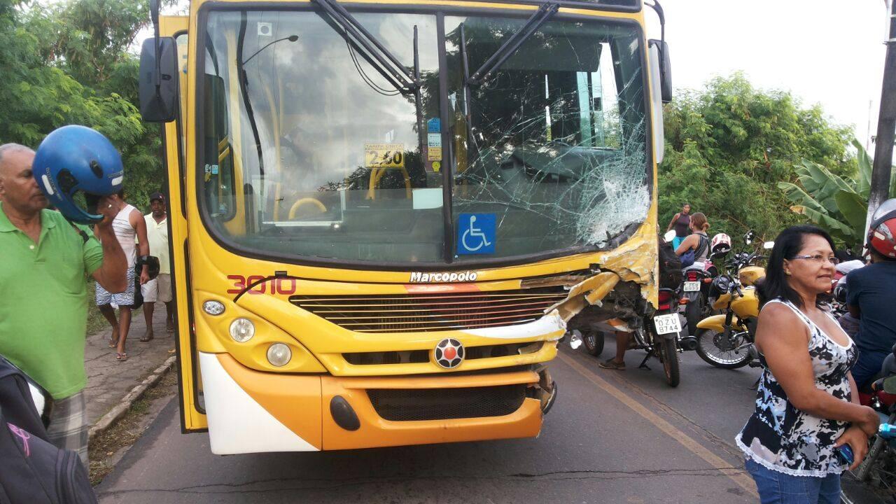 """Parte da frente do ônibus """"desapareceu"""". Imagem revela violência do acidente."""