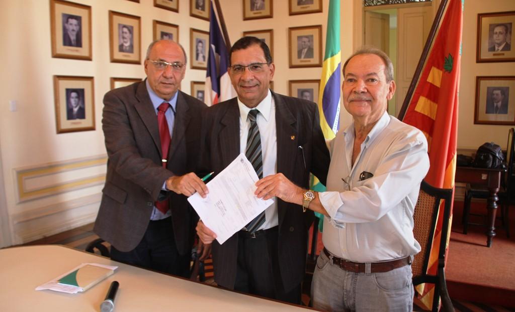 Secretário de saúde Antonio Ocké, Prefeito Jabes Ribeiro e o Provedor da Santa Casa, Eusinio Lavigne.