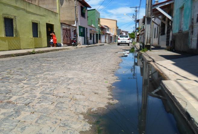 Alguns moradores jogam cloro na água suja para amenizar o fedor.