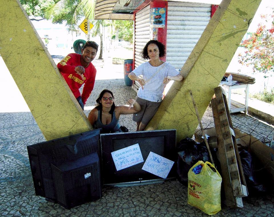 Os voluntários recolheram entulho e carcaças de televisores.