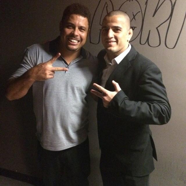"""""""Bello"""" encontrou o ex-jogador Ronaldo em Miami e fez questão de posar ao lado do ídolo."""