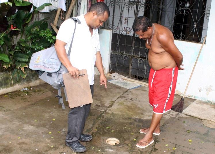 Agente de endemias orienta munícipe sobre possível foco de reprodução do mosquito da dengue. Imagem: Gidelzo Silva/Secom.
