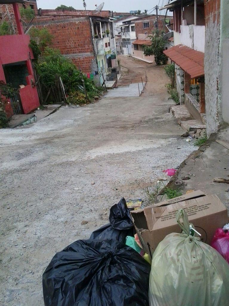 A Travessa Maria Luisa nunca havia sido pavimentada. Moradores já investiram mil reais na obra.