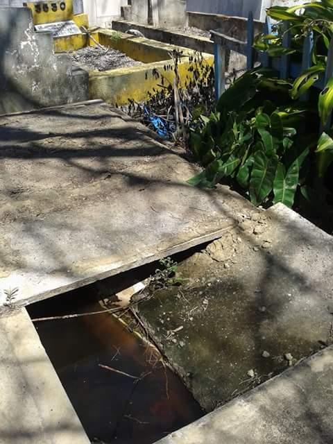 Túmulo aberto com água acumulada.