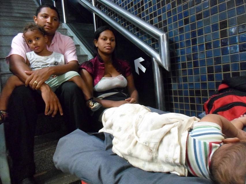 O pastor teme ser forçado a dormir com a família nos bancos do Aeroporto Jorge Amado.