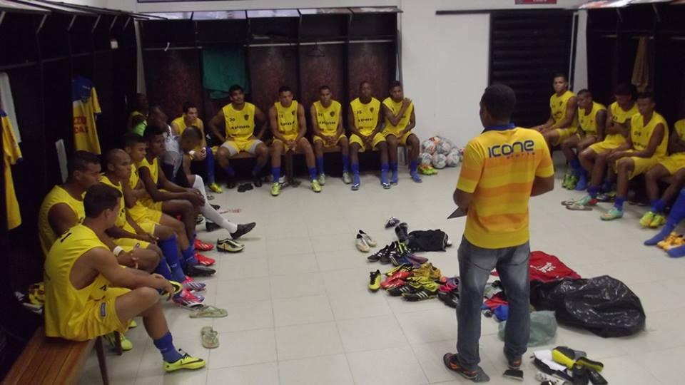 Técnico Duzinho conversa com elenco do Colo-Colo. Imagem: Pablo Brandão/Facebook.