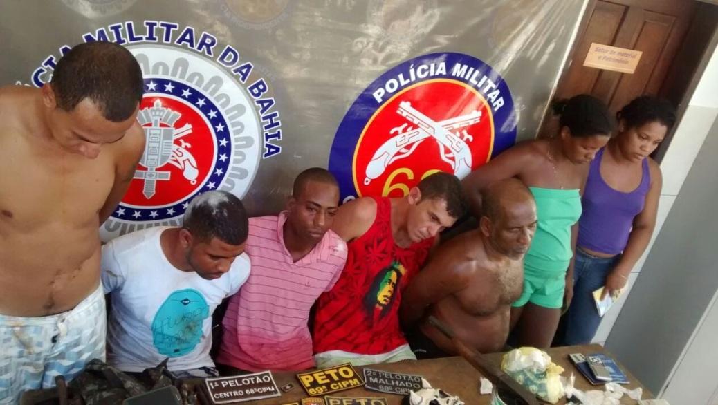 Polícia flagrou grupo com armas e drogas no Alto da Jamaica. Imagem divulgada pela PM.