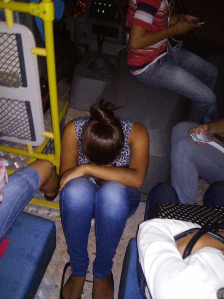 Estudantes viajam sentados em partes inapropriadas e sem cinto de segurança.