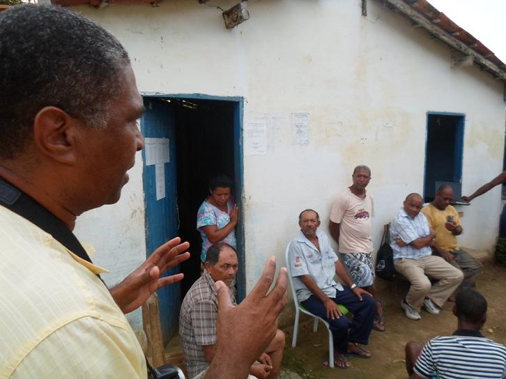 Jorge Luiz conversa com moradores do Assentamento Bom Gosto.