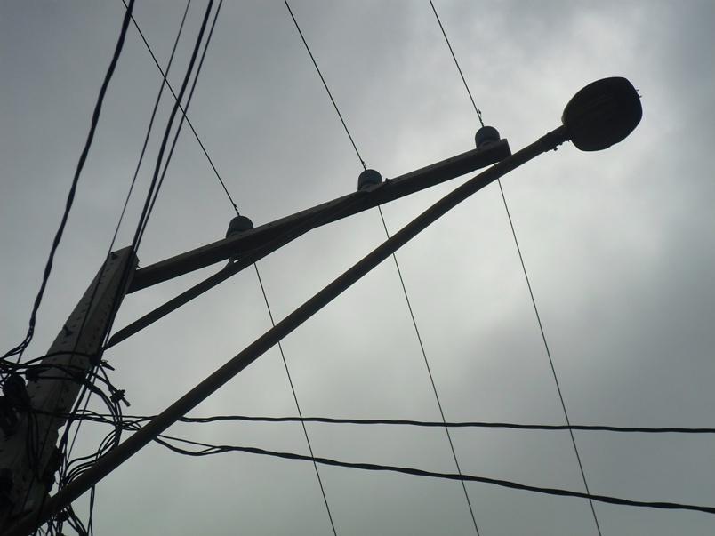 Um dos postes sem lâmpadas da Rua Salgado Filho.