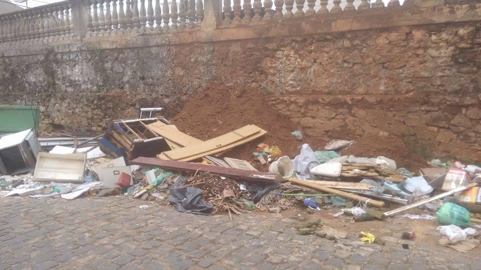 Lixo e entulho ao lado do Cemitério Vitória, no Alto Teresópolis, em Ilhéus.