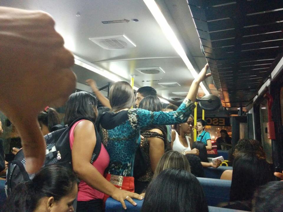 Segundo a UEB, Prefeitura de Una disponibiliza três ônibus para transportar cerca de duzentos estudantes.