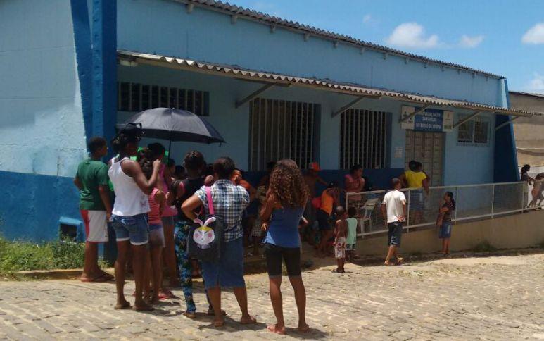 Sob o sol escaldante, pacientes aguardam atendimento no posto de saúde do Banco da Vitória, em Ilhéus.