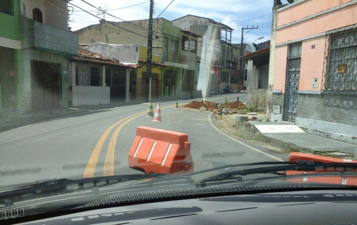 Buraco na curva da Rua Arthur Lavigne.