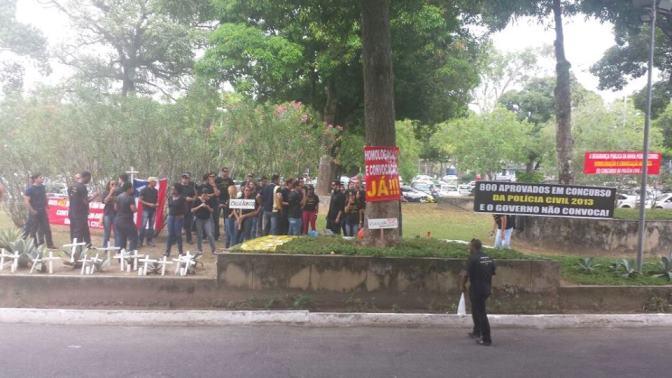 Manifestantes cobram efetivação de candidatos aprovados no concurso da Polícia Civil da Bahia. Imagens: BA 24 Horas.