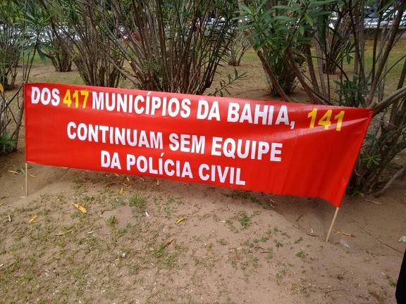 Faixa denuncia ausência da Polícia Civil em 141 municípios baianos.