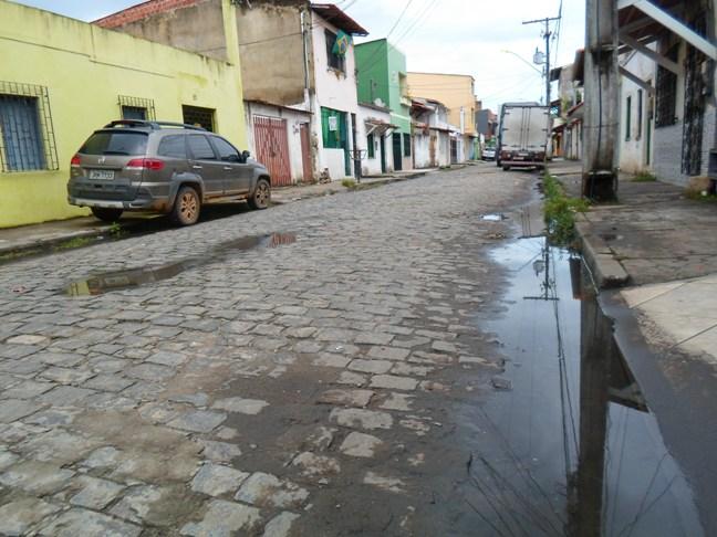 Acumulada há duas semanas na Rua Salgado Filho, essa água escura exala odor insuportável.