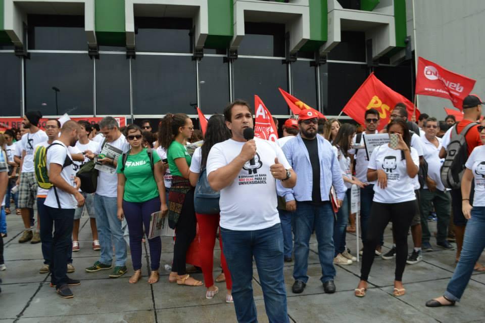 O professor Emerson Lucena, presidente da ADUSC, explicou em entrevista ao Blog do Gusmão por que a categoria que ele representa pode iniciar uma greve na assembleia dessa quinta-feira (7). Imagens: ADUSC/Facebook.