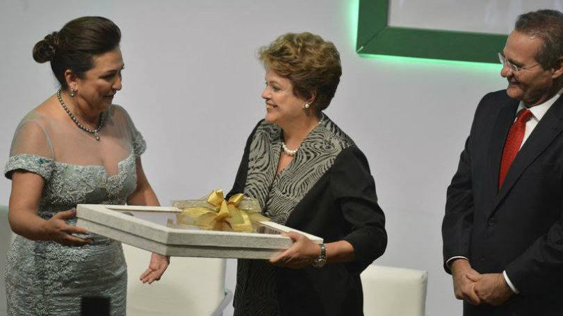 Dilma entre a ministra Kátia Abreu e o senador Renan Calheiros. Imagem: Exame.