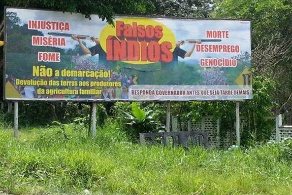 "Propaganda ameaçadora chama os Tupinambás de ""falsos índios"". Imagem: Pimenta."