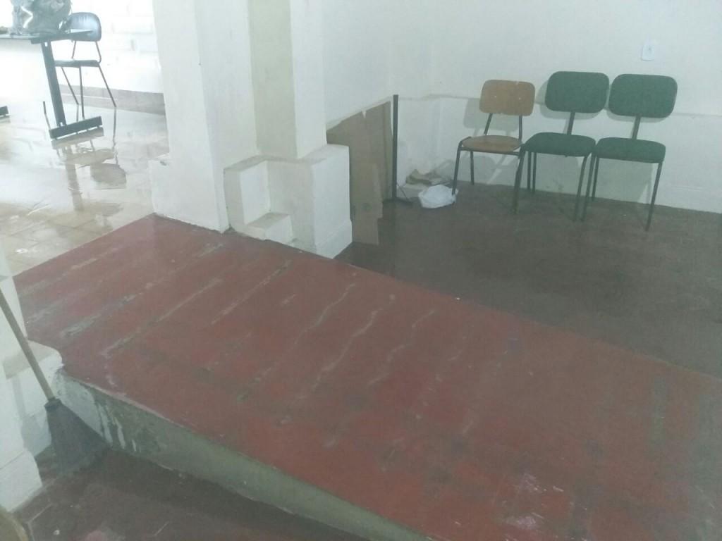 Goteiras molharam vários espaços do prédio.